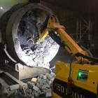 Чистка ковша на металлургическом заводе с помощью робота Brokk
